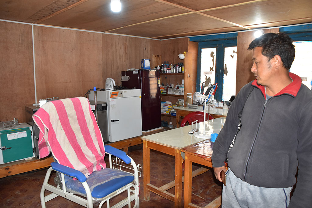 Examination chair, drugs and medicine in the treatment roon, which was also co-equipped by Nepal Trust Austria.
